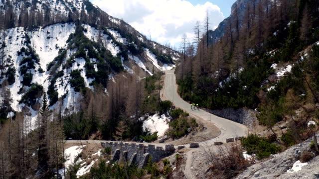 vídeos de stock e filmes b-roll de bicycle driving on a winding road - bicicleta de corrida