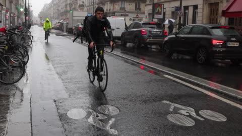 vidéos et rushes de bicycle et voiture in the city  under the rain - embouteillage