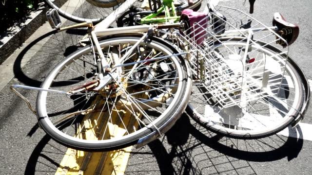 vidéos et rushes de vélo automne par le vent - accident bénin