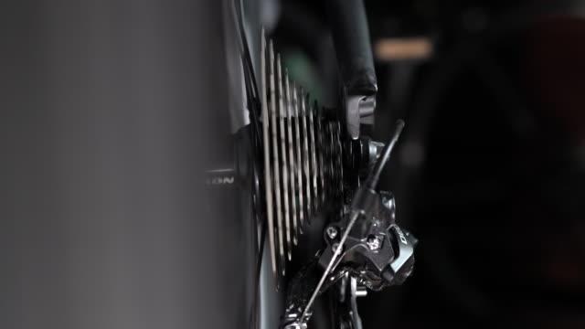 stockvideo's en b-roll-footage met cu:bicycle gear - tandrad
