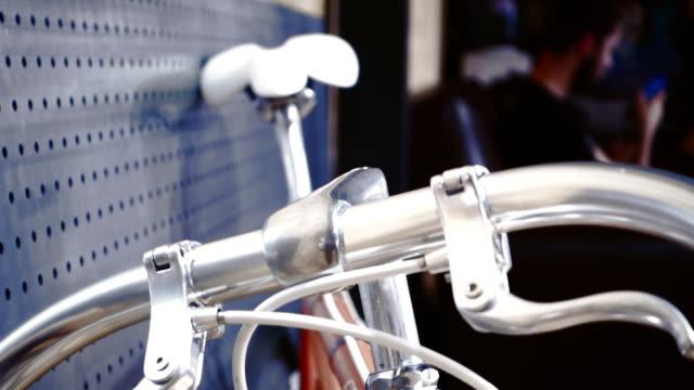 vidéos et rushes de vélo dans un magasin de cyclisme - selle