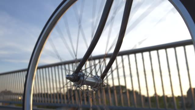 fahrrad in kopenhagen - kopenhagen stock-videos und b-roll-filmmaterial