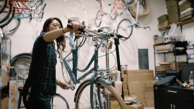 vídeos de stock, filmes e b-roll de bicycle mechanic tunes up new bicycle - ferramenta de trabalho