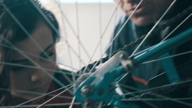 vídeos y material grabado en eventos de stock de bicicleta mecánico - garaje