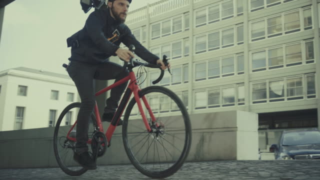 bicycle messenger: commuter with road bicycle in the city - film industry video stock e b–roll