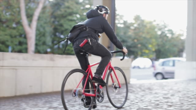 bicycle messenger: commuter with road bicycle in the city - cycling helmet stock videos & royalty-free footage