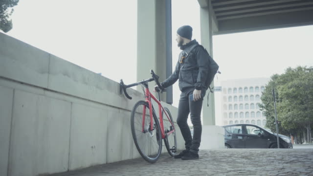 vídeos de stock e filmes b-roll de bicycle messenger: commuter with road bicycle in the city - capacete de ciclismo