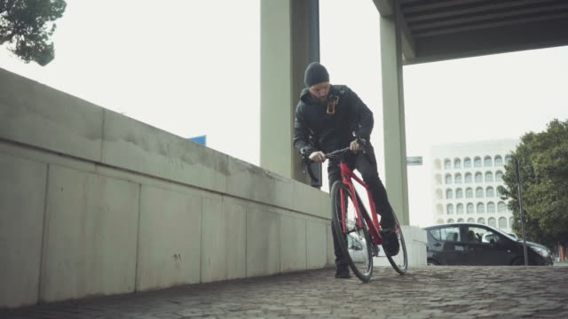 vídeos de stock e filmes b-roll de bicycle messenger: commuter with road bicycle in the city - filme de ação
