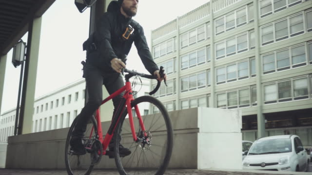 bicycle messenger: commuter with road bicycle in the city - urgency stock videos & royalty-free footage