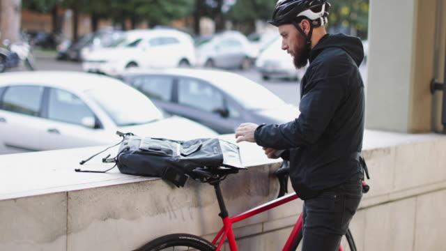 自転車メッセンジャー: 都市の道を自転車で通勤 - 配達員点の映像素材/bロール