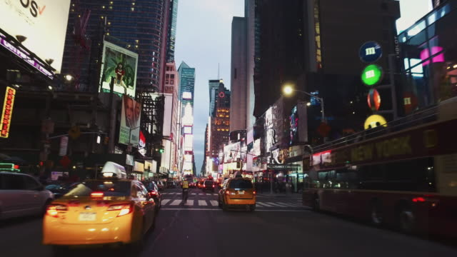 vidéos et rushes de pov:night de bicyclette dans la ville de madison square garden, new york - rue principale