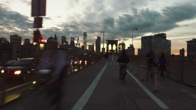 : POV natt cykeltur på stadens Brooklyn Bridge, NY