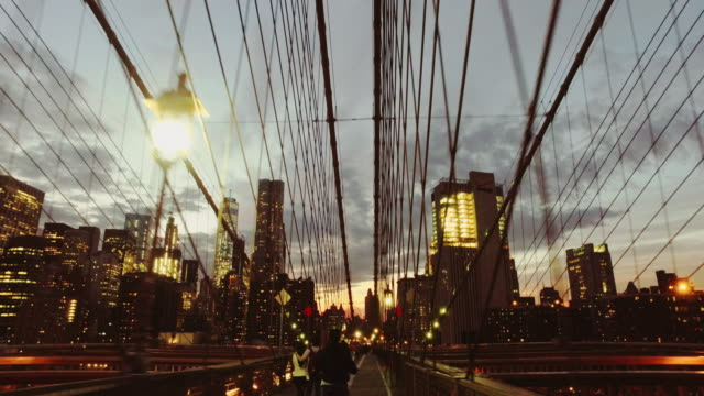 vídeos de stock e filmes b-roll de bicycle pov: night ride on the brooklyn bridge, ny city - city