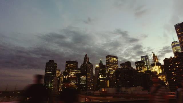 : POV noche en bicicleta en la ciudad de puente de Brooklyn, Nueva York