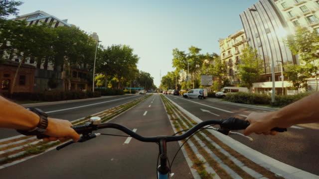 vídeos de stock e filmes b-roll de perspetiva pessoal bicicleta na ciclovia de barcelona - barcelona espanha
