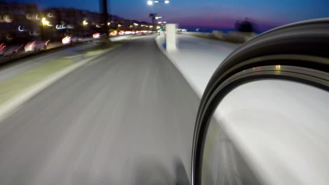 vidéos et rushes de cycliste sur route de bicyle avec laps de temps de roue - roue
