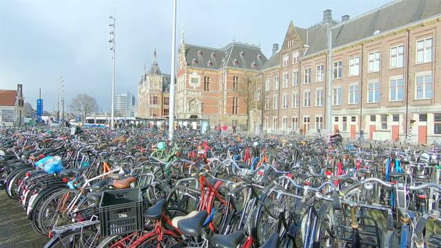 アムステルダム中央駅前の駐輪場。 - オランダ文化点の映像素材/bロール