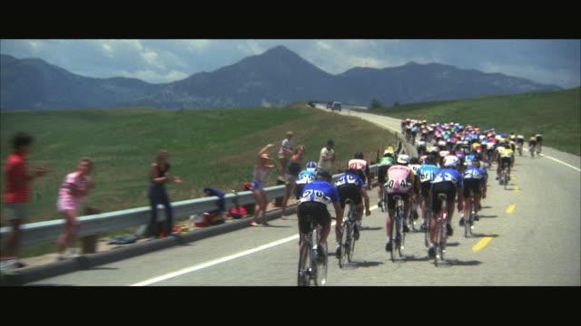 vídeos de stock e filmes b-roll de ws pov bicycle race through barren rolling hills - bicicleta de corrida