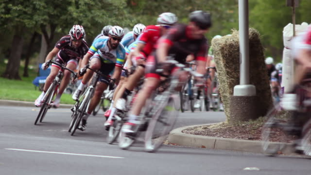 stockvideo's en b-roll-footage met bicycle racers - rijwiel