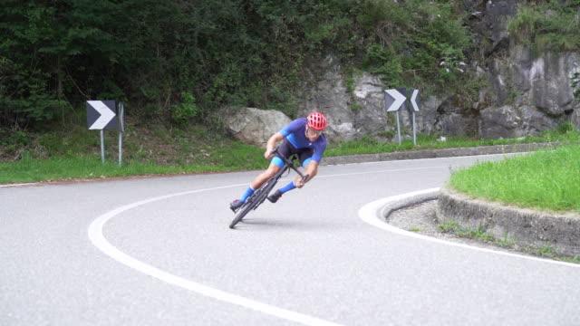 自転車レースサイクリスト:スローモーションで高速 - 曲線点の映像素材/bロール