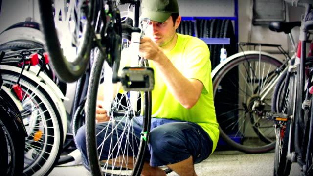 vídeos de stock e filmes b-roll de reparação de bicicletas. - luz traseira de carro