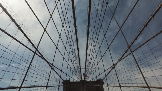 : pov fahrradtour durch die brooklyn bridge, new york city - brücke stock-videos und b-roll-filmmaterial