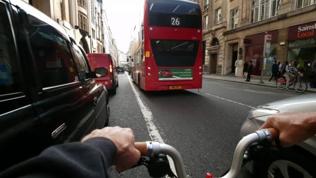 vídeos y material grabado en eventos de stock de bicycle ride in london fleet street to the east - manillar