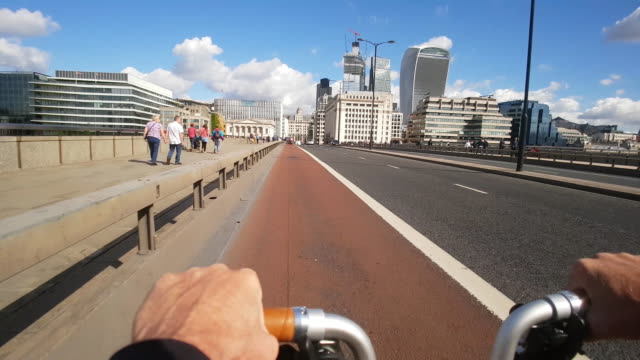 bicycle ride on london bridge - bridge built structure stock videos & royalty-free footage