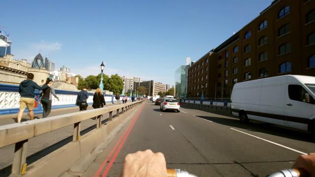 vídeos y material grabado en eventos de stock de bicycle ride on london tower bridge road - manillar