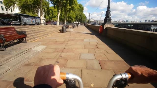 vidéos et rushes de bicycle ride on london victoria embankment - voie pédestre