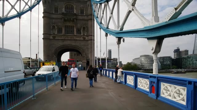 bicycle ride over tower bridge in london - rathaus stock-videos und b-roll-filmmaterial