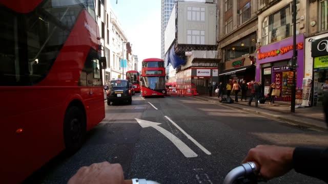 vídeos y material grabado en eventos de stock de bicycle ride through london oxford street - manillar