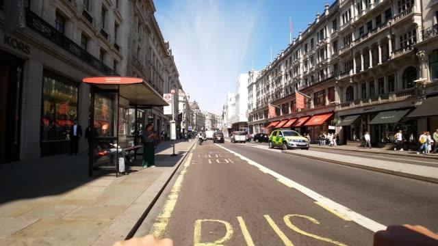 bicycle ride through london regent street to the north - シティ・オブ・ウェストミンスター点の映像素材/bロール