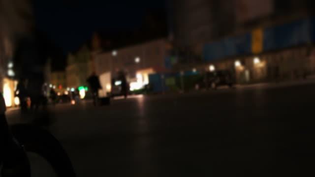 pov 自転車に乗って、街のタイムラプス撮影 - 店頭点の映像素材/bロール
