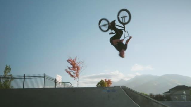 bmx fahrradfahrer im skatepark - motorradfahrer stock-videos und b-roll-filmmaterial