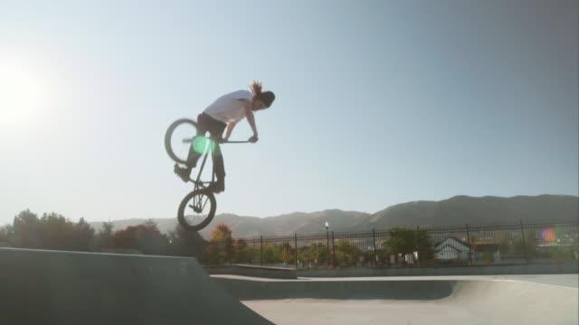スケートパークのbmx自転車ライダー - スタントバイク点の映像素材/bロール