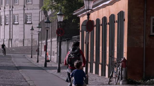 bicycle riders in copenhagen - オーレスン地域点の映像素材/bロール