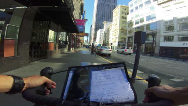 vídeos de stock e filmes b-roll de pov bicycle riding: bike messenger with road racing bike in san francisco - agenda de telefones