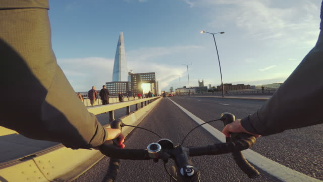 pov bicycle riding: commuter with road racing bike in london - ora di punta video stock e b–roll