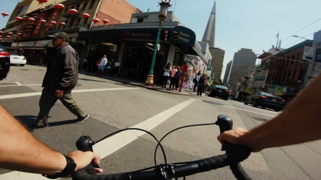 vidéos et rushes de pov vélo équitation: banlieue avec vélo de course sur route à san francisco - california street san francisco