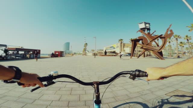 vídeos de stock e filmes b-roll de perspetiva pessoal bicicleta de equitação em barcelona verão férias - filme de ação