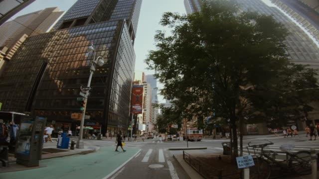 vídeos de stock e filmes b-roll de bicycle riding in manhattan, new york - câmara vestível