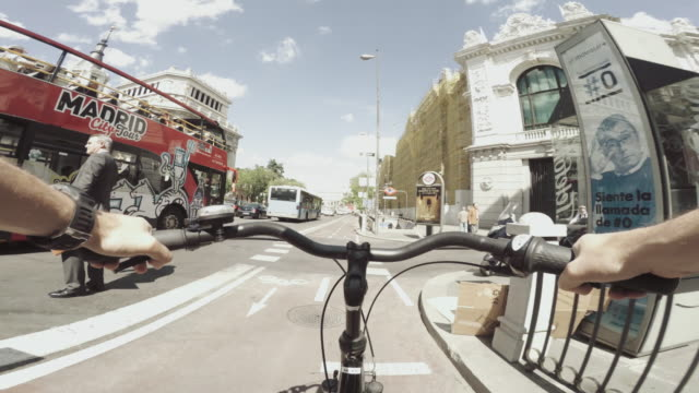 vídeos de stock e filmes b-roll de pov bicycle riding in the city life of madrid, spain - bicicleta