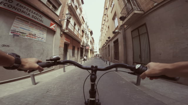 vidéos et rushes de pov bicycle riding in the city life of madrid, spain - plan subjectif