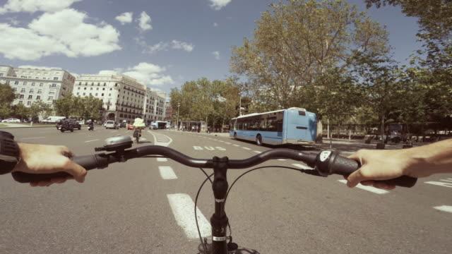 vídeos de stock e filmes b-roll de pov bicycle riding in the city life of madrid, spain - guiador