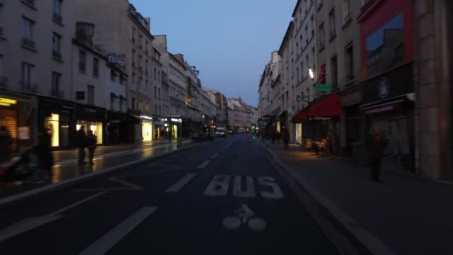 vídeos de stock, filmes e b-roll de pov bicycle riding in the city life of paris - estrada urbana