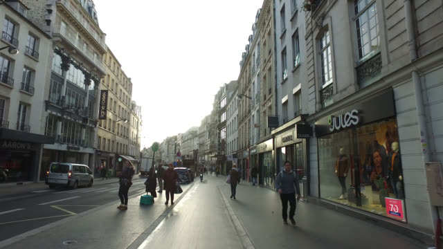 vidéos et rushes de pov bicycle riding in the city life of paris - rue principale