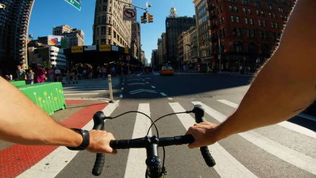 vídeos de stock e filmes b-roll de pov bicycle riding: man with road racing bike in new york - filme de ação