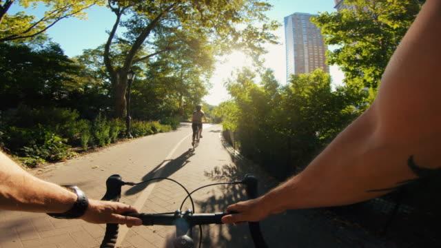 vídeos y material grabado en eventos de stock de pov ciclismo: hombre con moto de carreras de carretera en nueva york - manillar