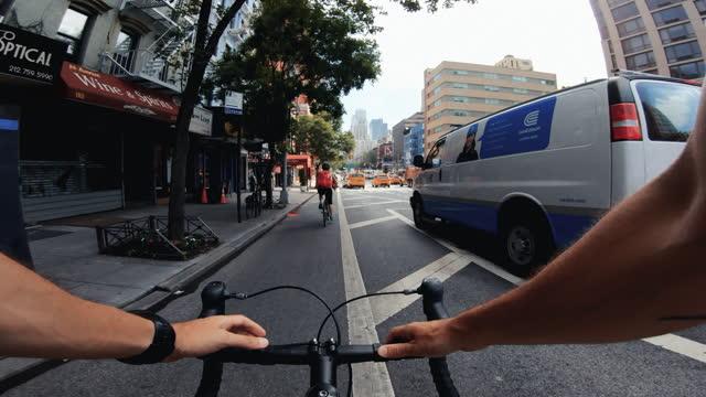 pov fahrradfahren: mann mit rennrad in new york - risiko stock-videos und b-roll-filmmaterial